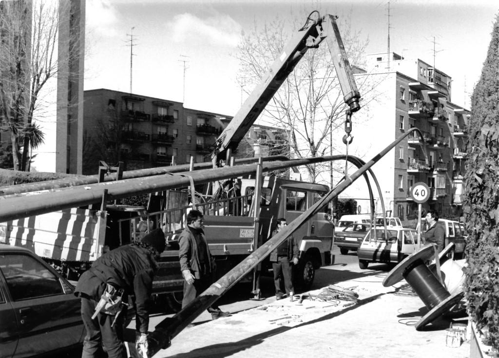 Trabajadores elevando una columna en obra