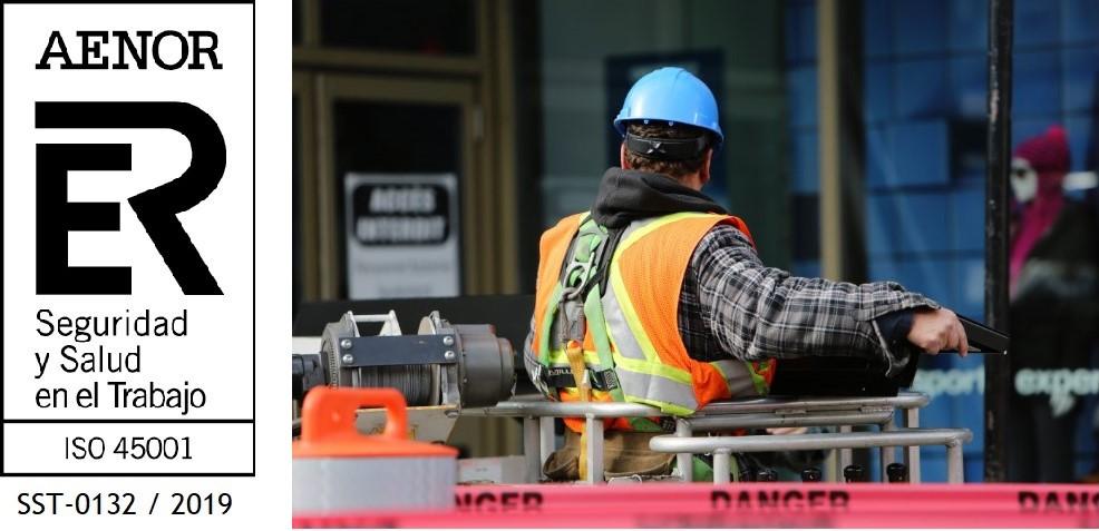 Trabajador manipulando centro de mando